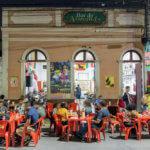 Slavný pouliční bar v Manusu