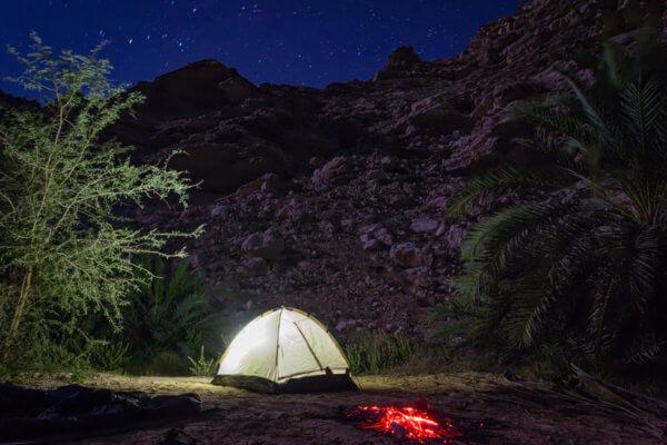 Večerní kempování pod hvězdami