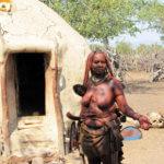 Hrdá Himbka před svým obydlím