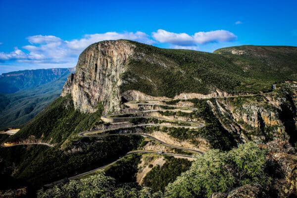 """Průsmyk Serra da Leba v Angole patří mezi nejkrásnější """"vlásenkové"""" silnice na světě"""