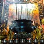 Tradiční vonné motlitební tyčinky v buddhistickém chrámu