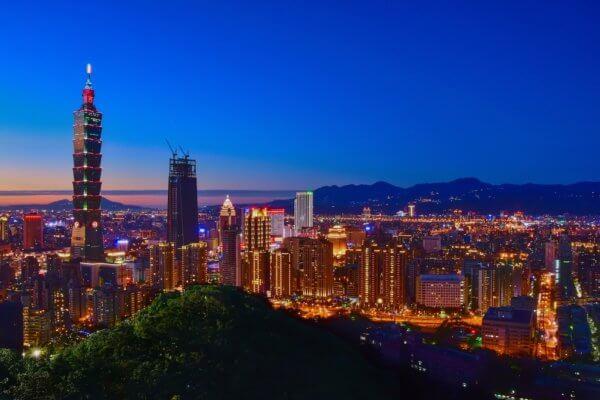 Noční pohled na mrakodrap Tchaj-pej 101 a město