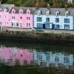 Barevné domy na pobřeží v Portree, Isle of Skye