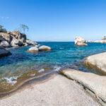 Skalnaté pobřeží jezera Malawi - ideální místo pro sladkovodní šnorchlování