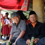 Bambusové trubky s palmovým vínem v rukách stařešinů