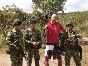 Na hlídce při ochraně kolumbijské vesnice před teroristy z FARC
