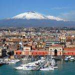 Město Catania v pozadí se sopkou Etna