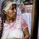 Indiánská prodavačka košilek s vyšívkami