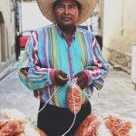Pouliční prodavač chipsů z vepřových kůží