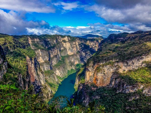 Stěny kaňonu Sumidero jsou místy až kilometr vysoké