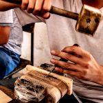 Pohled pod ruce dřevořezbáře, Khiva