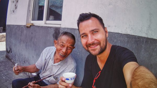 S mnichem v jednom z klášterů v provincii Yunnan, Čína