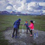 Kyrgyzské děti pomáhají nosit vodu do jurtového tábora