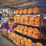 Stánek s čerstvým chlebem na tržišti v Biškeku