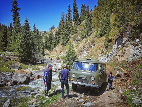 Stará sovětská auta jsou v Kyrgyzstánu na mnoha místech stále jediným možným dopravním prostředkem