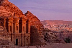 Východ slunce u klášteru Ad Deir v Petře