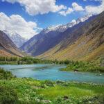 Jezero uprostřed Pamíru v údolí řeky Bartang