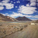 Pamírské cesty vedou naprosto opuštěnou krajinou