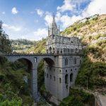 Kostel Las Lajas u hranice s Ekvádorem zabírá téměř celou hloubku rokle