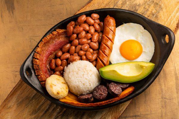 Bandeja paísa je nejtypičtější pokrm kolumbijského středu