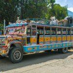 Bohatě zdobené autobusy jsou oblíbeným způsobem dopravy na venkově